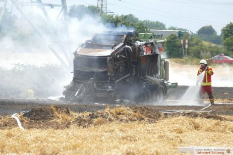 Sandhausen-Bruchhausen: Brennende Strohpresse setzt Feld in Brand
