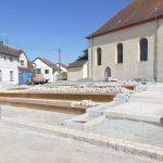 Fast fertig: Vorplatz der Diljemer Aegidiuskirche mit Kräuterbeeten und Wasserlauf
