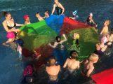 Endlich wieder schwimmen! Kindergarten-Kinder plantschten glücklich im Freibad