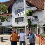 Entfernungsschilder zu Partnergemeinden vor dem Nußlocher Rathaus