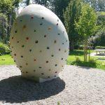 Ein dickes, pickeliges Ei als Sportgerät? Ja! Auf Gauangellocher Neurott-Spielplatz