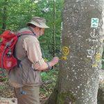 """Eine """"App"""" zum Wanderwege markieren? Mit Wegewart Georg Riemann auf Tour"""