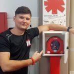 Erste-Hilfe-Defibrillator im Clever-Fit - Kann auch von Laien bedient werden