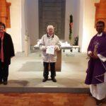 Pfarrer Lourdu dankt Adolf Bindl für über 50jährigen Lektorendienst