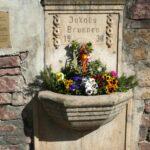 Klein aber fein: Leimener Jakobsbrunnen erfreut mit frischem Blumenschmuck
