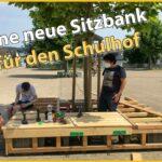 Eine neue große Sitzbank für den Schulhof des Gymnasiums