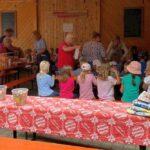 Stather's lud 145 Kinder und 22 Erzieher des E.-Ding-Kindergartens zum Gockelessen ein