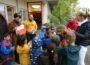 Woher kommt der Apfelsaft? Mauritius-Kindergarten besuchte Weingut  Müller